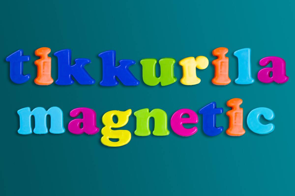 Napis Tikkurila Magnetic na ścianie pomalowanej farba magnetyczną marki Tikkurila