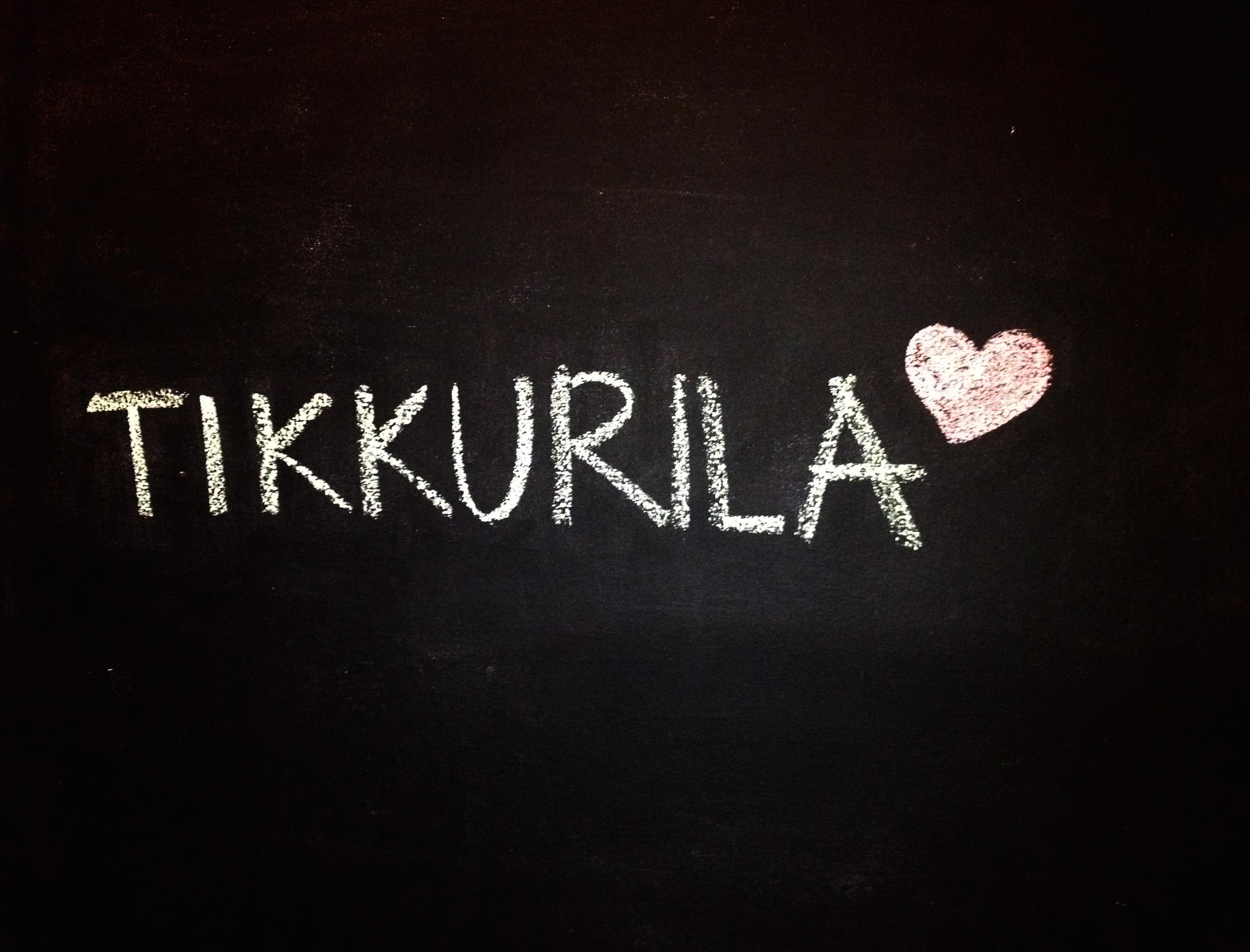 Napis Tikkurila na ścianie pomalowanej farbą tablicowa Tikkurila