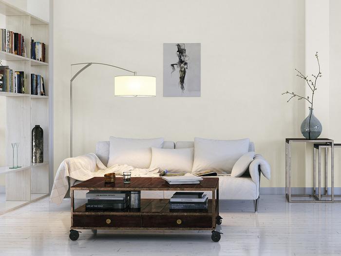 Salon w skandynawskim stylu z pomalowaną na biało drewnianą podłogą.