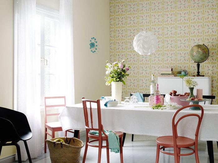 pokój z idealnie skomponowanymi wzorami farb i tapet.