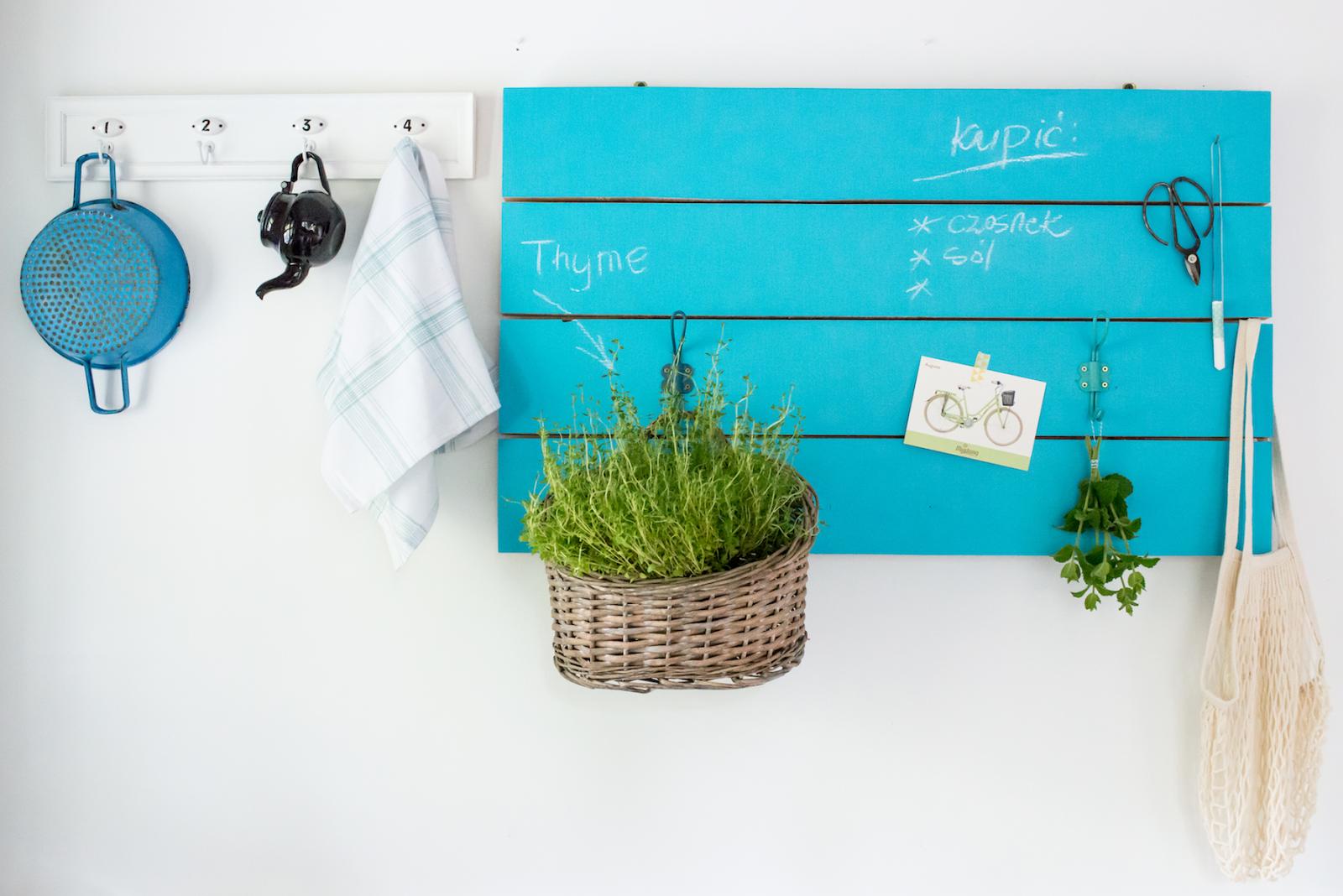 Drewno pomalowane niebieską farbą tablicową jako element wystroju wnętrza
