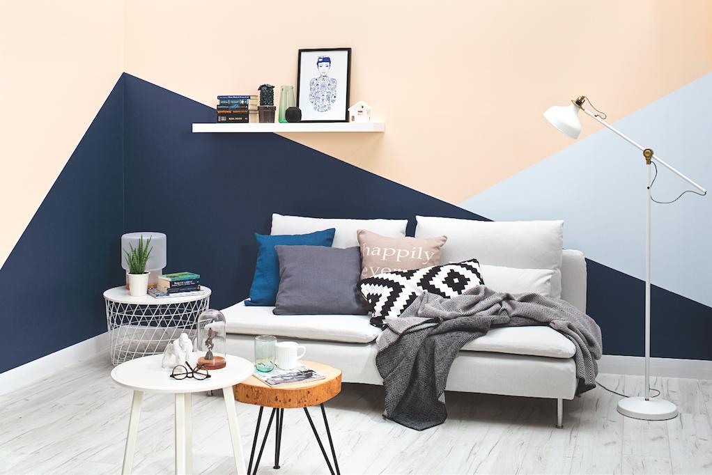 tikkurila paleta clay salon trzykolorowe ściany stolik z pieńka natura