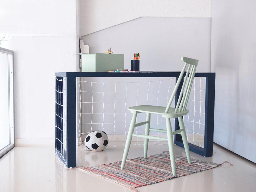 jak urządzić pokój dziecka biurko bramka piłkarska