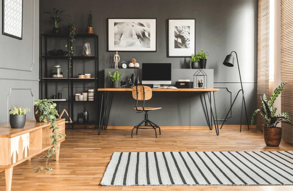 domowe biuro w szarości